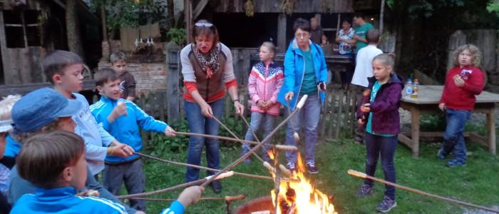 Gemeinsam durch die Nacht – Fackelwanderung für die Ferien-Kinder