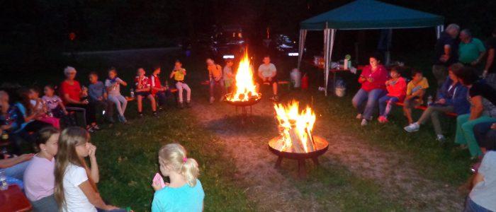 Fackelwanderung, Lagerfeuer und Gruselgeschichten